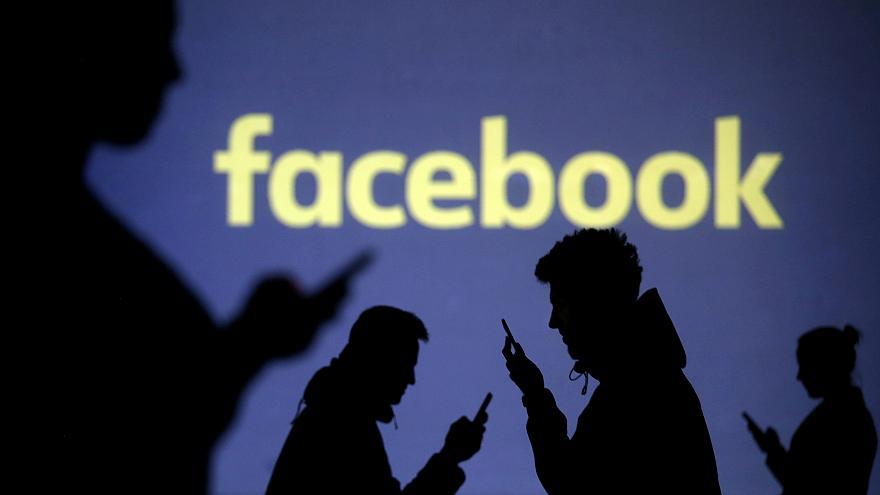Facebook будет фильтровать посты о сексе